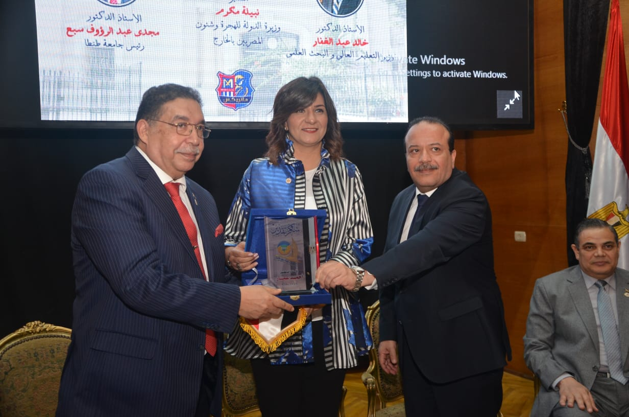 The Minister receives the University Shield